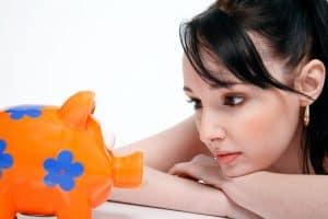 אישה מסתכל על קופת חיסכון