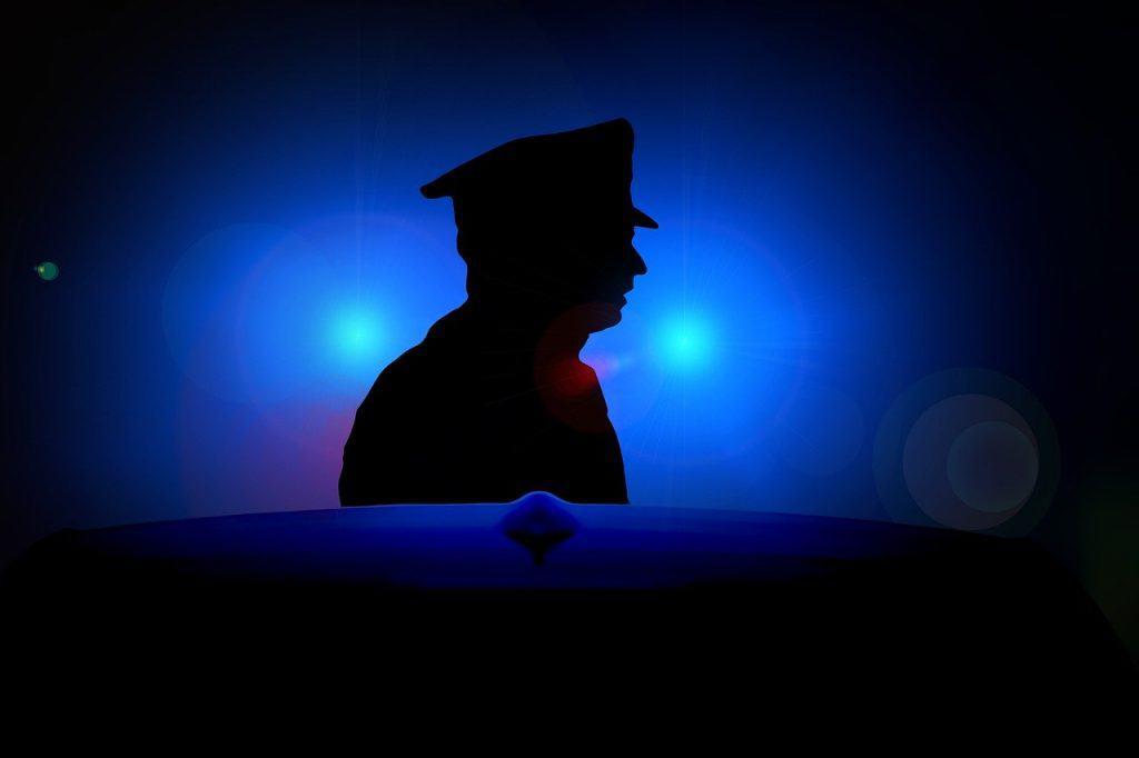 שוטר על רקע כחול